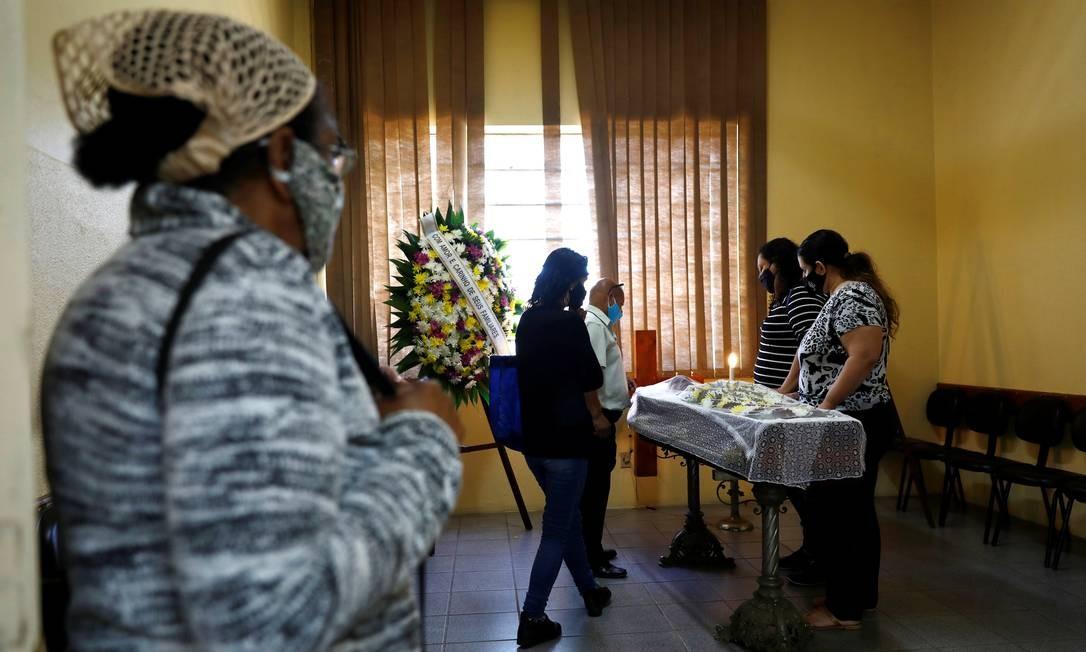 Familiares e amigos no funeral de João Alberto Silveira Freitas, na manhã de sábado (21/11/2020) em Porto Alegre Foto: DIEGO VARA / REUTERS