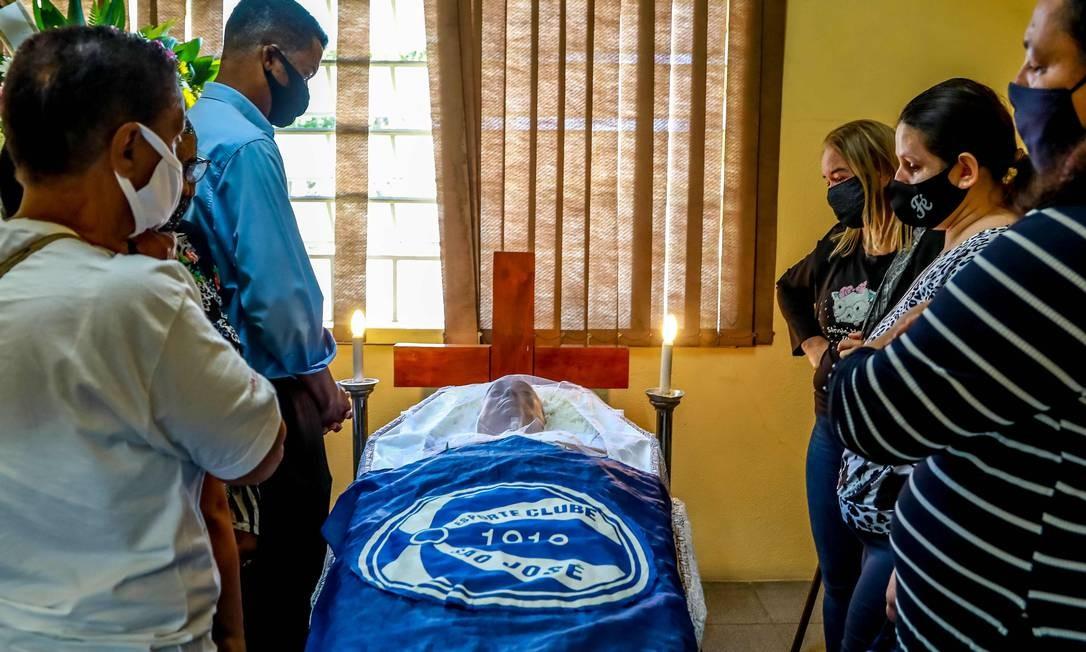 Corpo de João Alberto Freitas foi enterrado coberto pela bandeira do time do coração, o Esporte Clube São José, de Porto Alegre, da Série C do Campeonato Brasileiro Foto: SILVIO AVILA / AFP