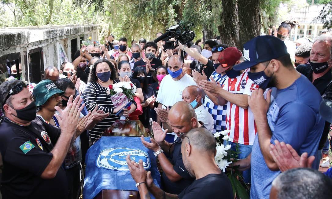 Familiares e amigos apalaudem João Alberto Freitas durante o velório em Porto Alegre Foto: DIEGO VARA / REUTERS
