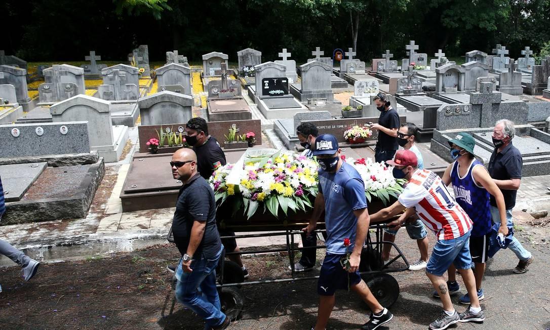 Caixão com o corpo de João Alberto Freitas é empurrado durante sepultamento, em Porto Alegre Foto: DIEGO VARA / REUTERS
