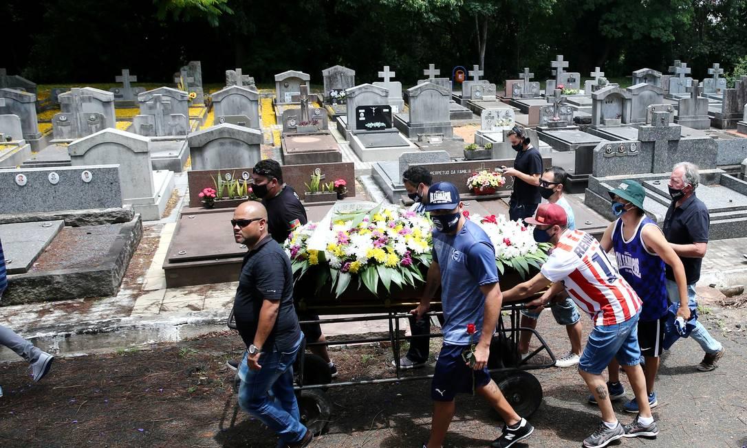 Familiares de João Alberto acompanham condução de caixão durante enterro do homem negro morto por seguranças brancos em Porto Alegre Foto: DIEGO VARA / REUTERS