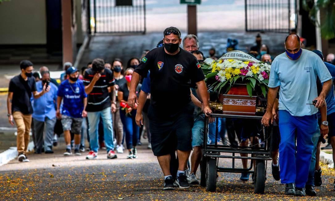 Cortejo durante sepultamento de João Alberto Freitas Foto: SILVIO AVILA / AFP
