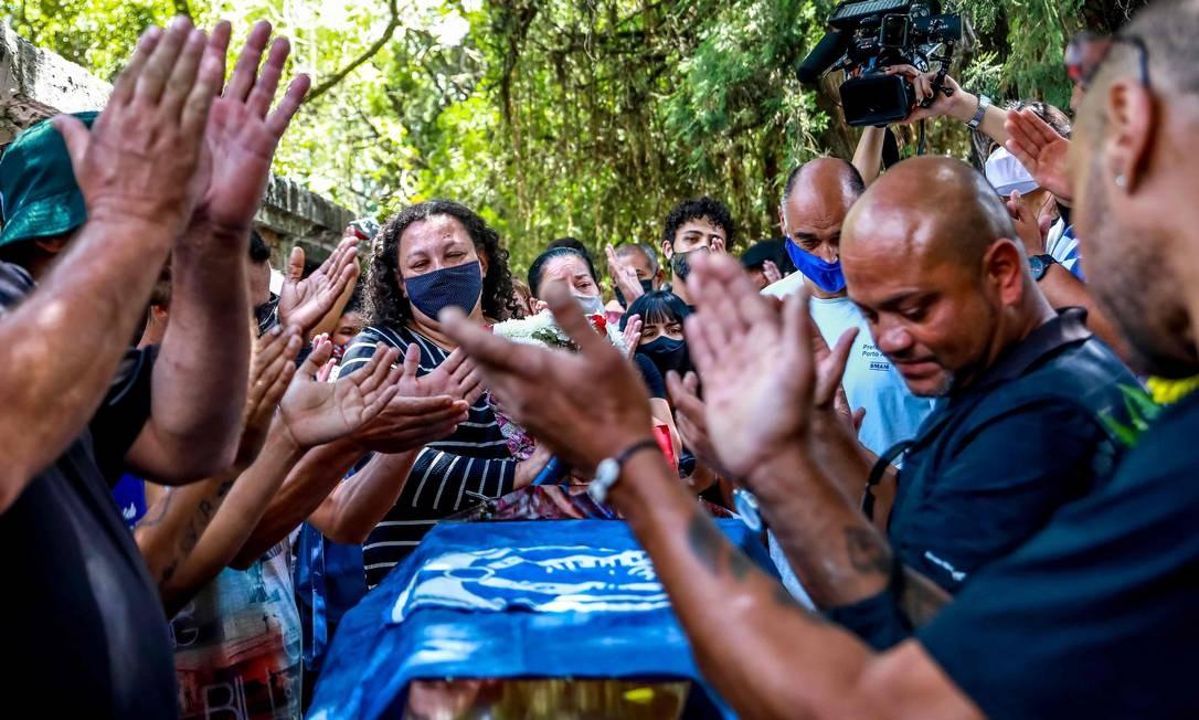 Enterro de João Alberto, em Porto Alegre Foto: SILVIO AVILA / AFP