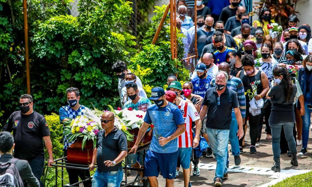 Thais Freitas (de máscara cor-de-rosa) segue cortejo no enterro de seu pai João Alberto, em meio a familiares e amigos em Porto Alegre neste sábado (21) Foto: SILVIO AVILA / AFP