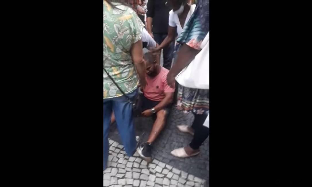 Fernando Silva dos Santos no chão, depois da abordagem dos seguranças Foto: Reprodução / Facebook