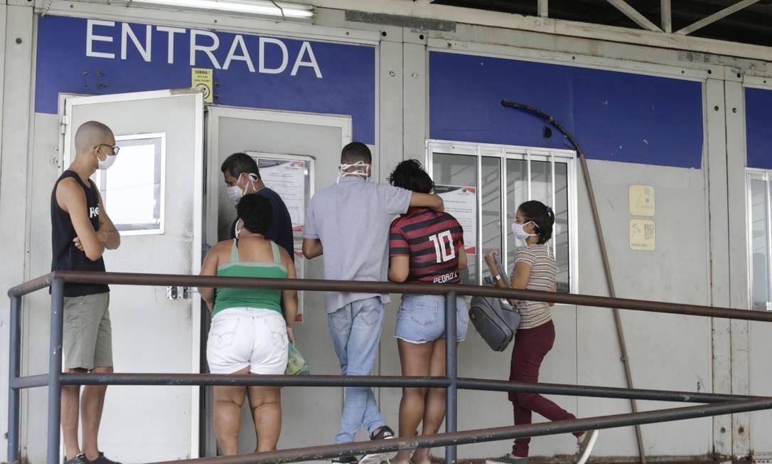 Procura por atendimento em UPA do Complexo do Alemão: número de internações tem aumentado no Rio Foto: Domingos Peixoto / Agência O GLOBO