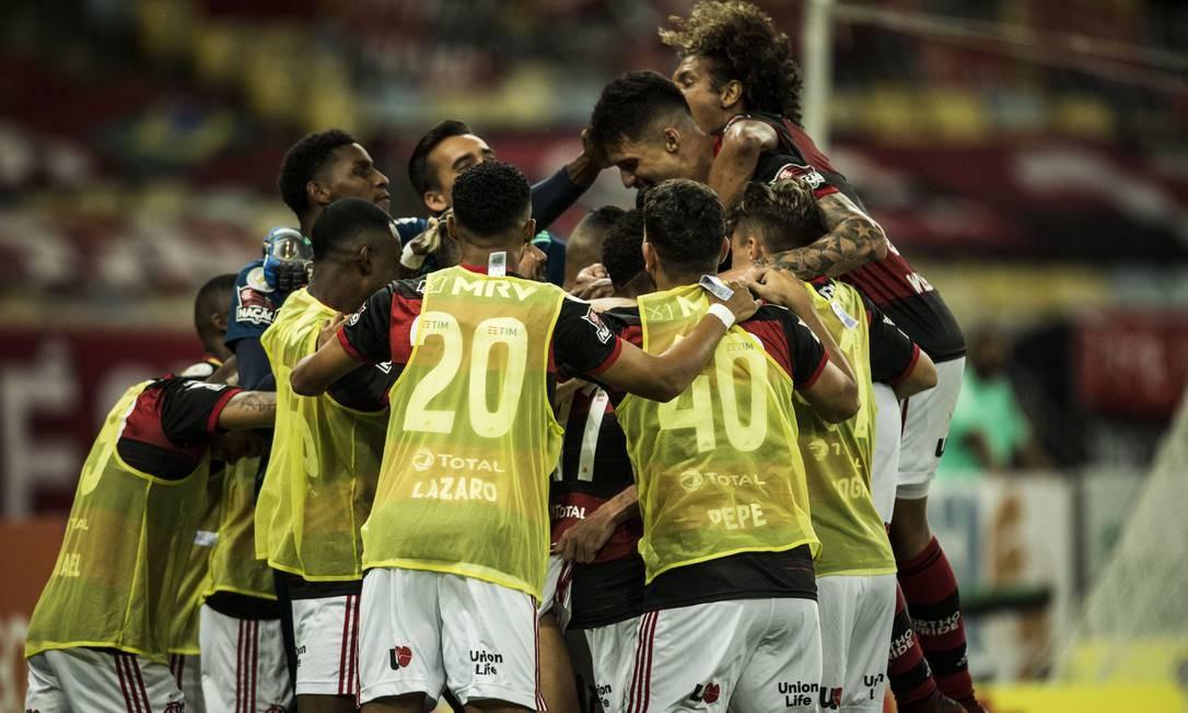 Jogadores do Flamengo comemoram no Maracanã Foto: Guito Moreto / Agência O Globo