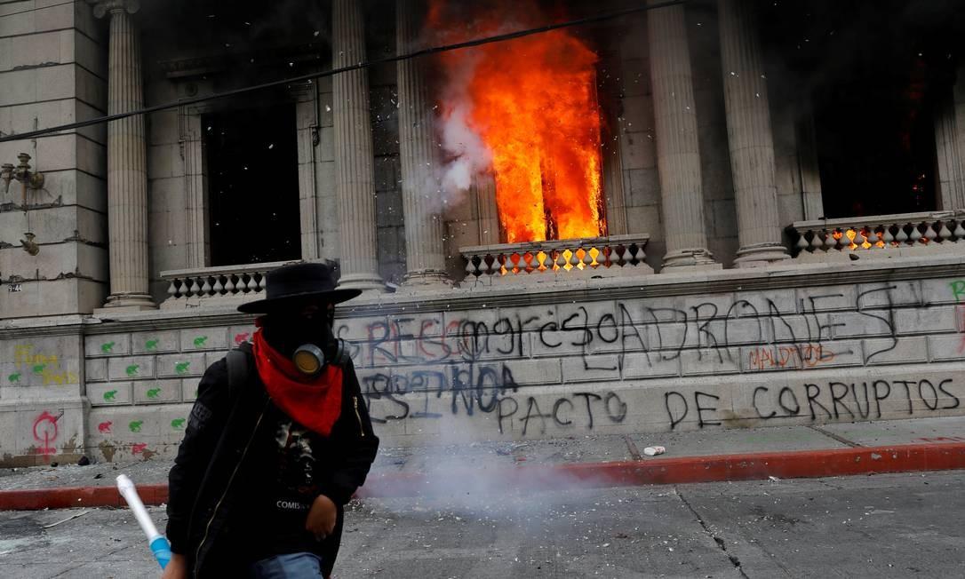 Manifestantes incendeiam Congresso da Guatemala durante protesto exigindo a renúncia do presidente Alejandro Giammattei Foto: LUIS ECHEVERRIA / REUTERS/21-11-2020