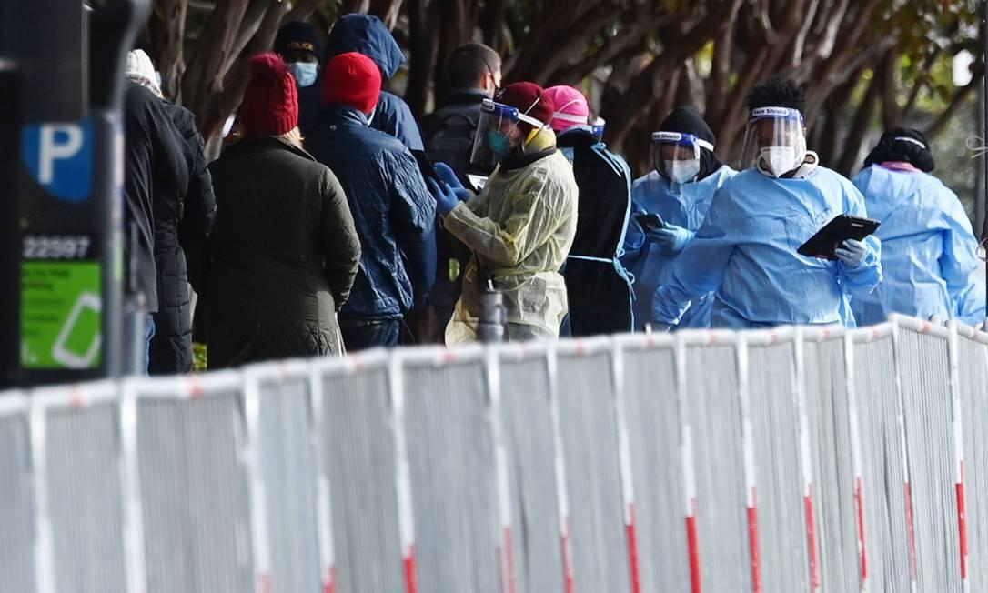 Trabalhadores esperam para fazer o teste de Covid-19 na Praça do Judiciário em Washington, DC, nos EUA Foto: MANDEL NGAN / AFP/18-11-2020