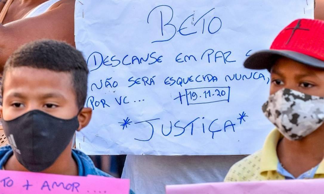 Protesto em frente ao Carrefour de Porto Alegre, no dia seguinte à morte de João Alberto Foto: SILVIO AVILA / AFP