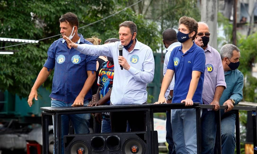 Crivella acena para eleitores em agenda de campanha em Acari Foto: Guilherme Pinto/O Globo