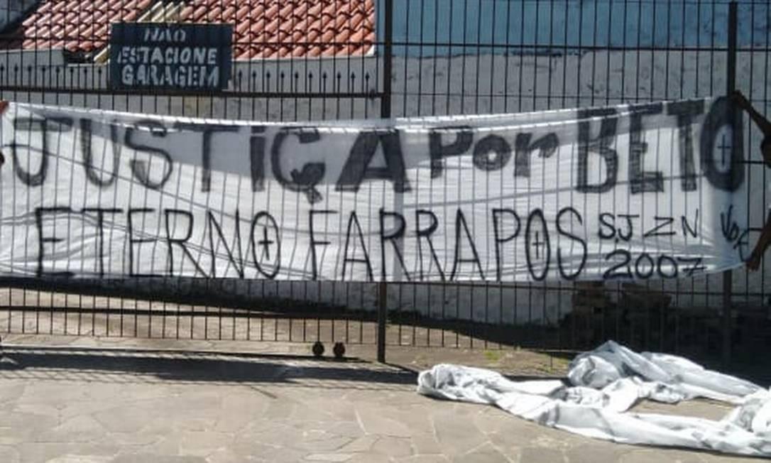 Faixa com a mensagem 'Justiça por Beto' foi vetada na entrada de estádio Foto: Reprodução