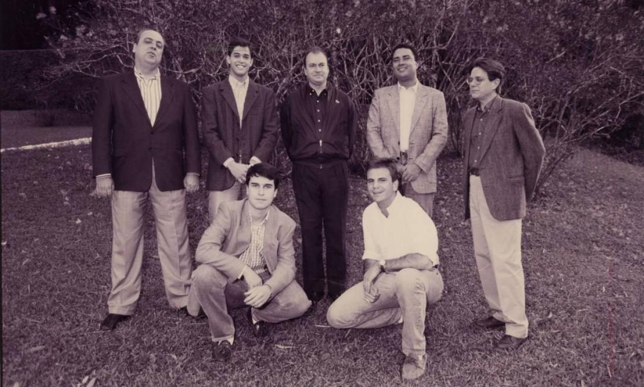 Eduardo Paes, agachado à direita, entre equipe de assessores do então prefeito do Rio, Cesar Maia, em 1995 Foto: Domingos Peixoto / Agência O Globo