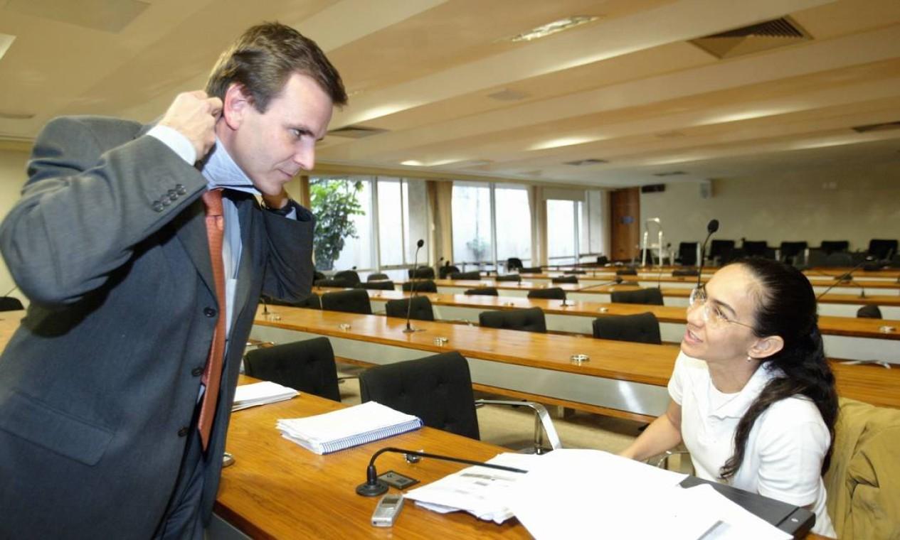 O deputado Eduardo Paes coloca a gravata enquanto conversa com a senadora Heloísa Helena na sala da CPI dos Correios, antes do início da sessão, em 2005 Foto: Aílton de Freitas / Agência O Globo