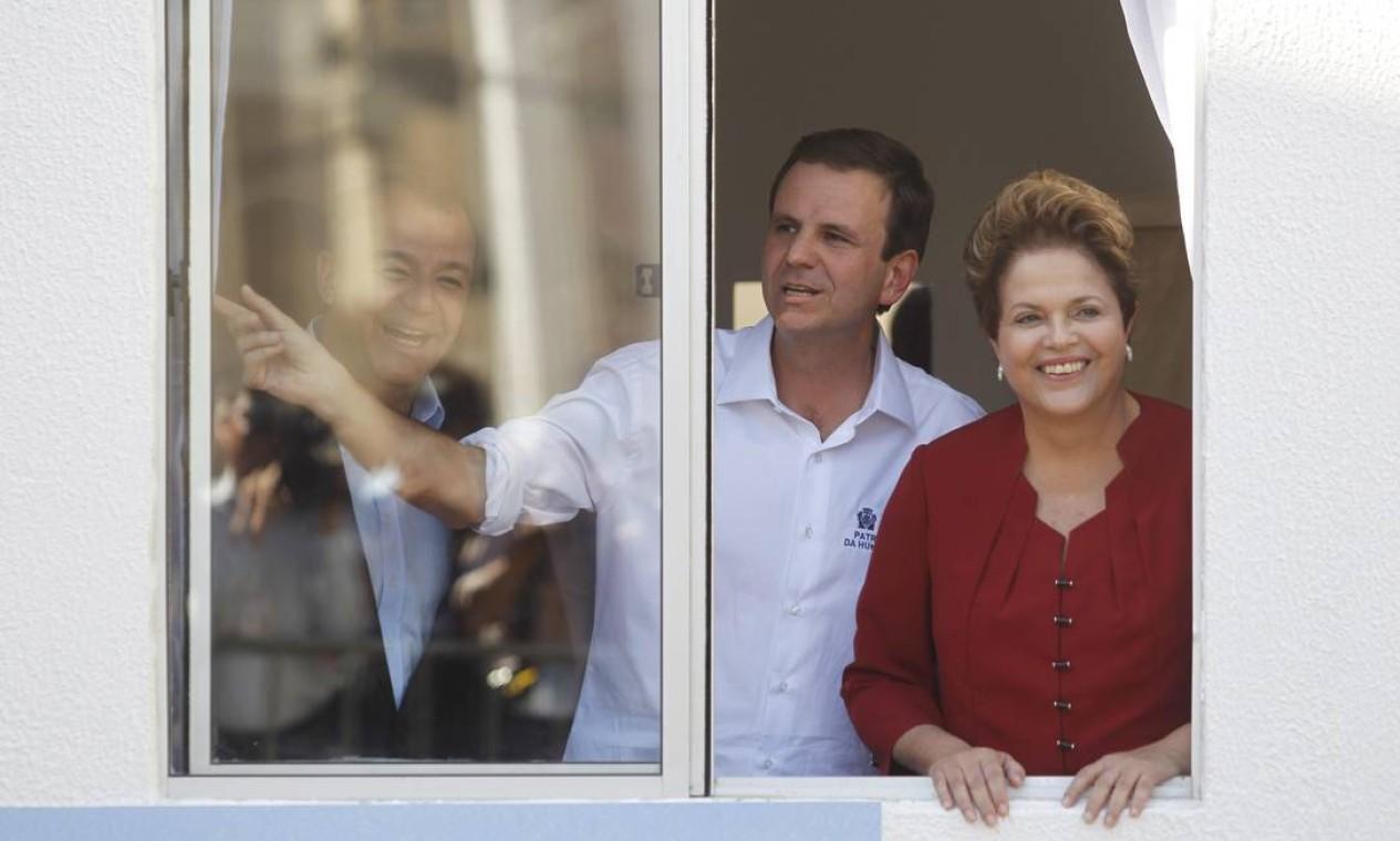 Paes, ao lado da presidente Dilma e do governador Sérgio Cabral, inaugura apartamentos populares do Bairro Carioca em Triagem, em 2012 Foto: Marcelo Carnaval / Agência O Globo