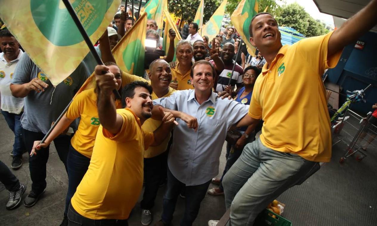 De novo nas ruas, Paes faz caminhada na Taquara durante campanha de 2018, em que se candidatou mais uma vez ao governo do estado do Rio Foto: Bárbara Lopes / Agência O Globo