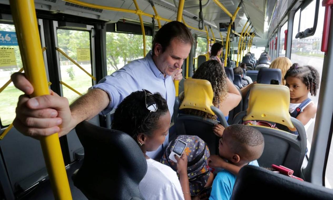 Prefeito Eduardo Paes anda de BRT da Alvorada (Barra da Tijuca) até Madureira, em 2015 Foto: Marcelo Theobald / Agência O Globo
