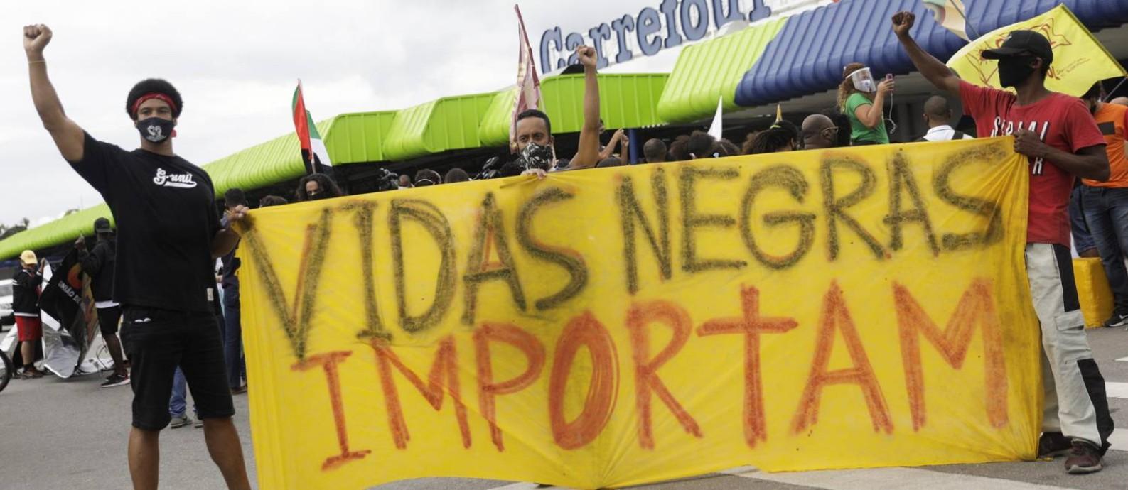 Manifestantes em frente à loja do Carrefour em que João Alberto foi morto por seguranças: ações de combate ao racismo são tratadas de forma genérica por candidatos da principais capitais Foto: Foto: Ricardo Moraes/Reuters