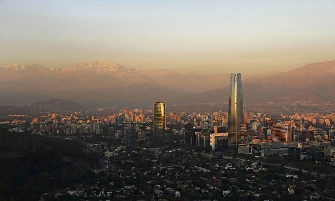 Santiago, a capital do Chile, vista do alto do Cerro de San Cristóbal Foto: Eduardo Maia / O Globo