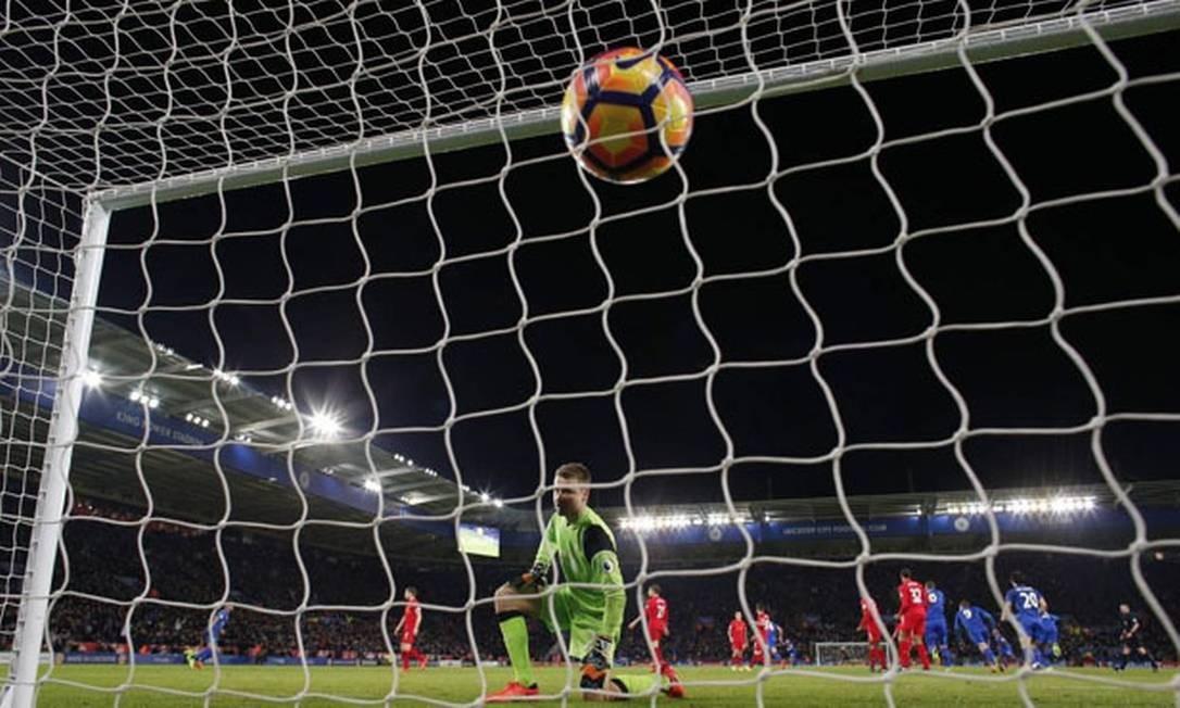 Um jogo de futebol Foto: Adrian Dennis / AFP