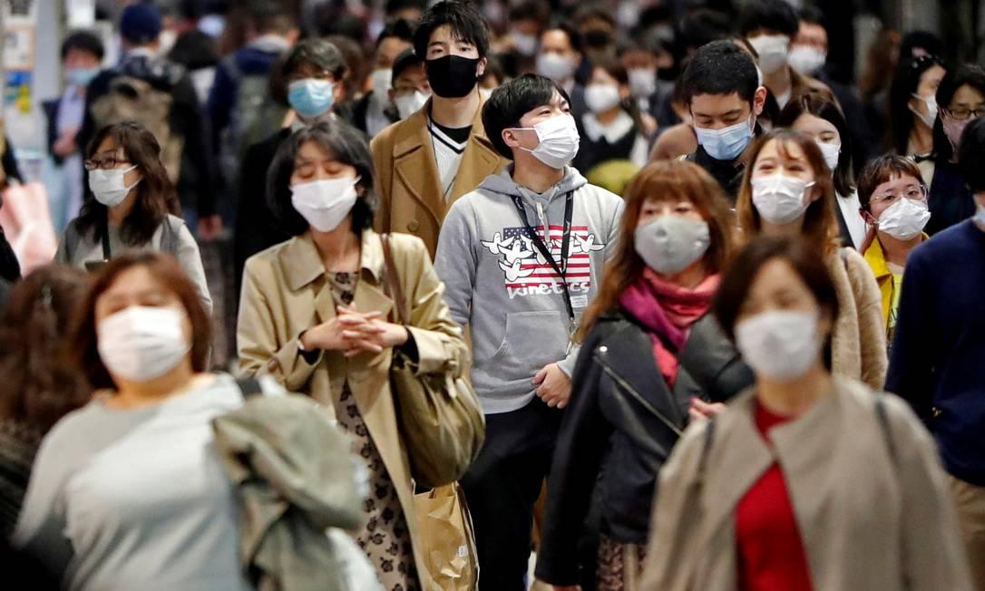 Em Tóquio, no Japão, população usa máscaras nas ruas Foto: ISSEI KATO / REUTERS