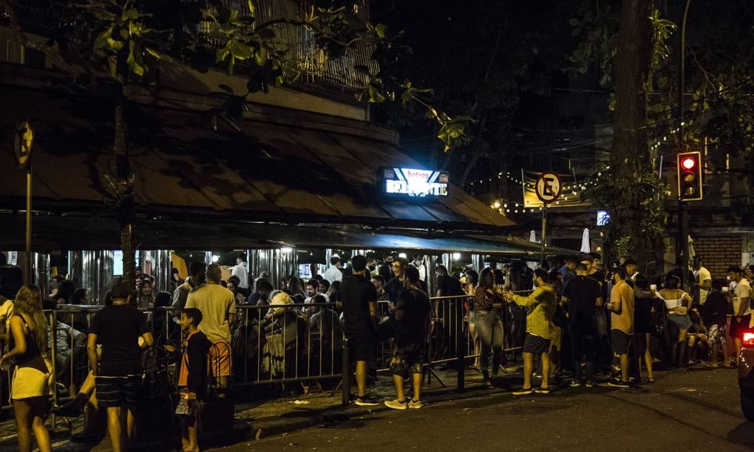 Rua Dias Ferreira, no Leblon, onde há aglomeração desde os primeiros estágios de flexibilização Foto: Guito Moreto / Agência O Globo