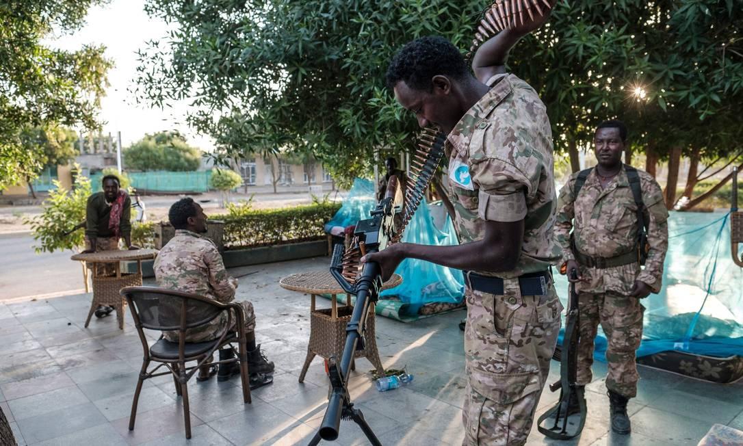 Membros das Forças Especiais de Amhara, que apoiam o primeiro-ministro etíope Abiy Ahmed no conflito na região de Tigré Foto: Eduardo Soteras / AFP
