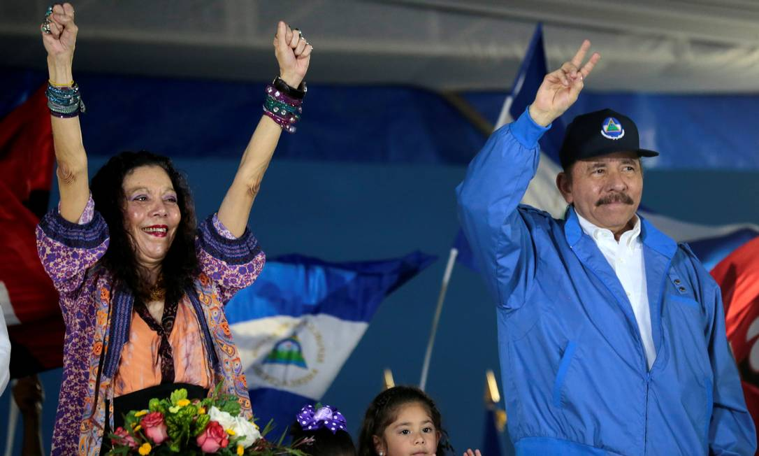 Daniel Ortega e a primeira-dama, Rosario Murillo, cumprimentam apoiadores durante evento em Manágua Foto: OSWALDO RIVAS / Reuters/13-11-2018
