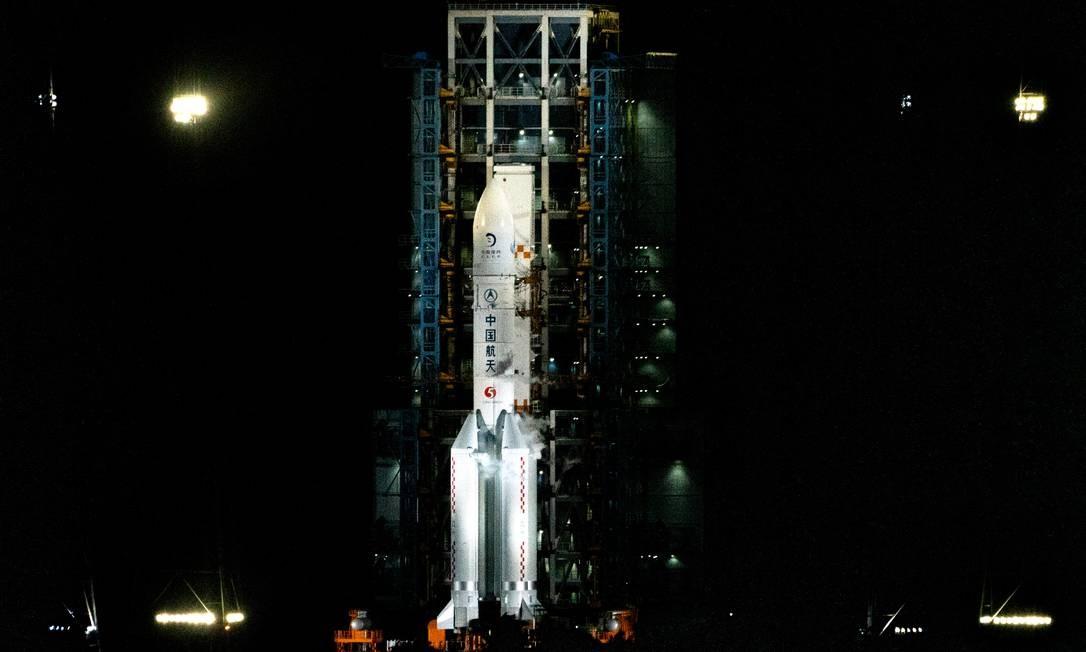 O foguete Longa Marcha 5 foi lançado nesta segunda (23) da Chiana rumo à Lua Foto: Alexei Ivanov / Alexei Ivanov/TASS