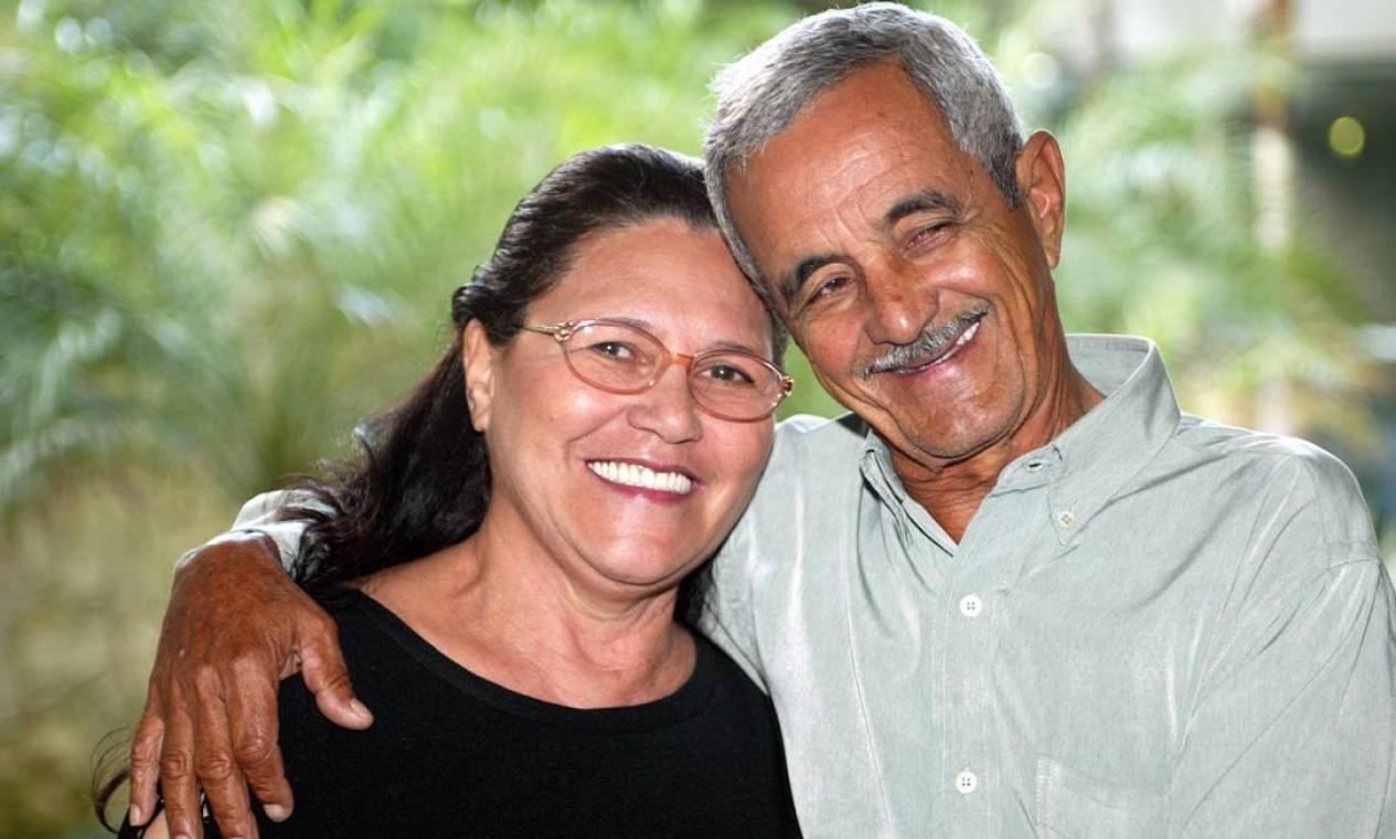Francisco José Camargo, pai da dupla Zezé de Camargo e Luciano posa com a esposa Helena Foto: Wânia Corredo / Agência O Globo
