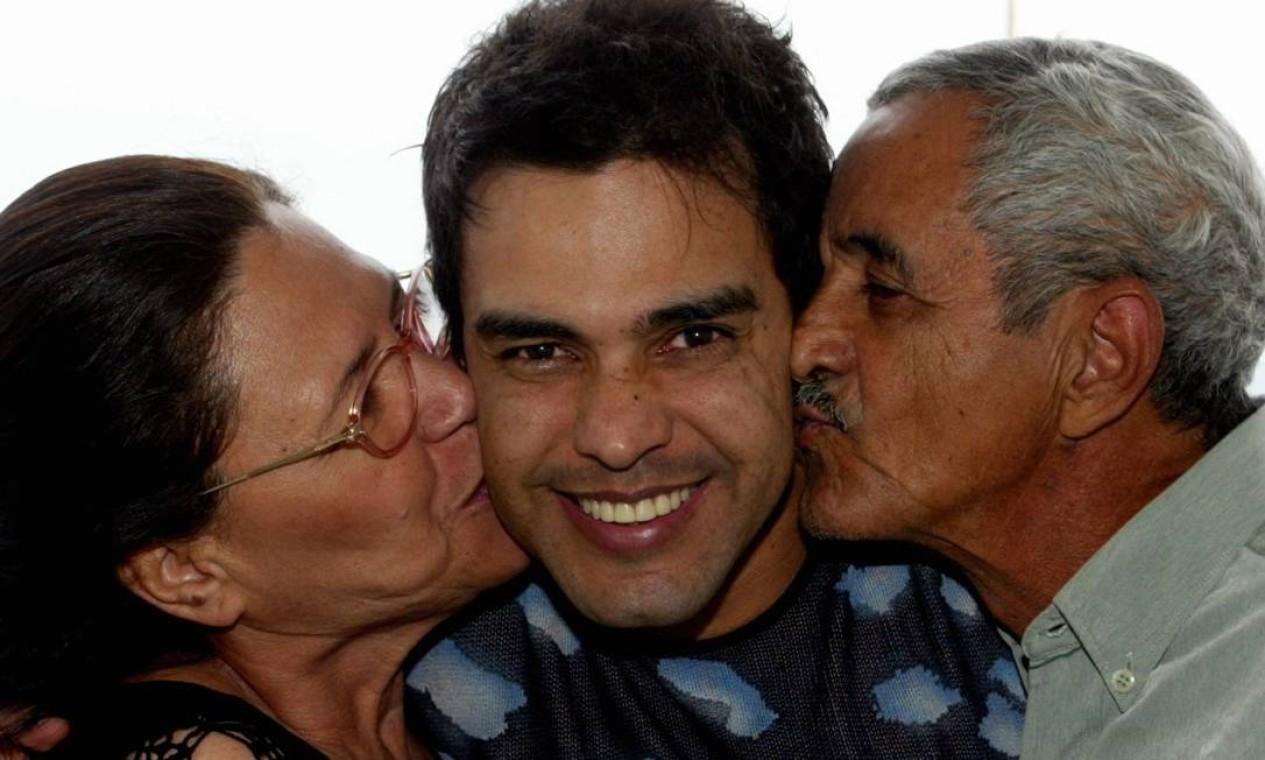 Zezé de Camargo recebe o carinho de Dona Helena e Seu Francisco Foto: Wânia Corredo / Agência O Globo - 08/08/2005