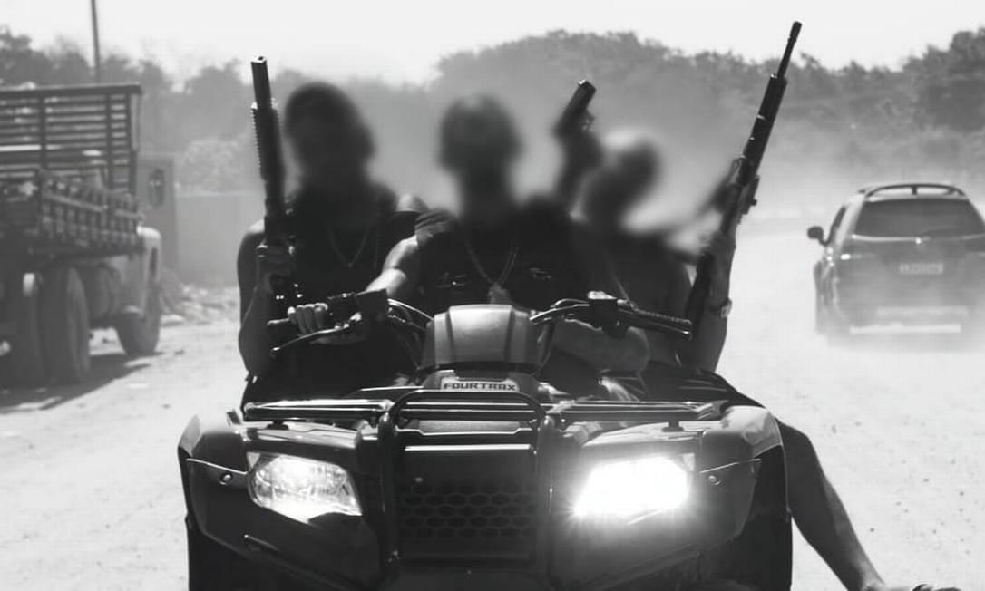 Homens aparecem armados e em carros de luxo em clipe Foto: Reprodução