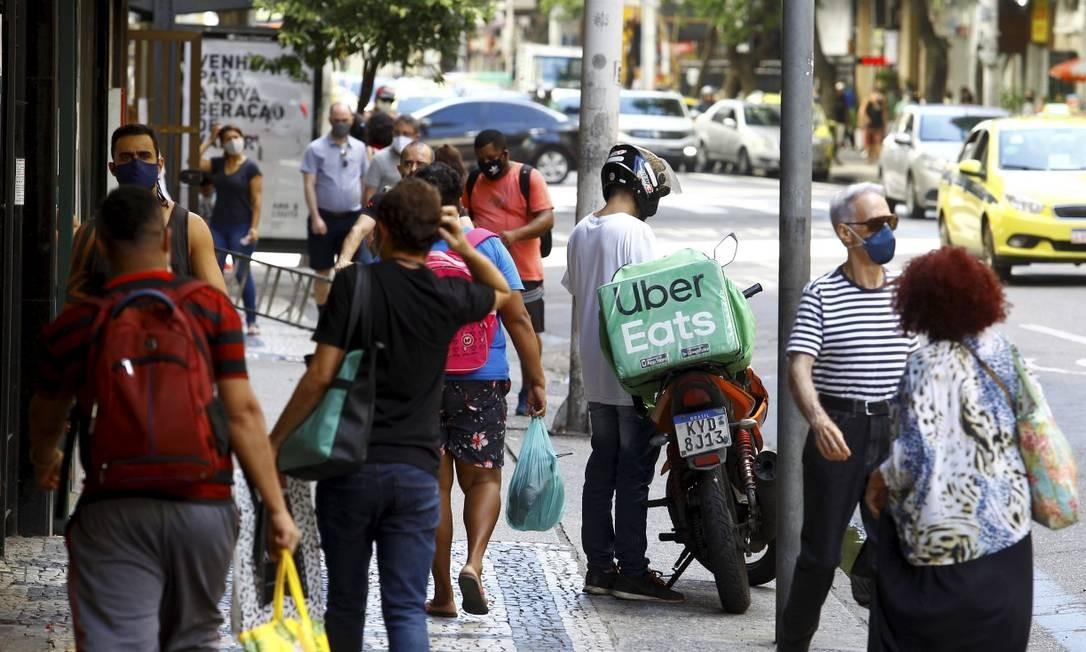 Copacabana: bairro tem ruas cheias há meses; com flexibilização, movimento é semelhante ao do 'antigo normal' Foto: Guilherme Pinto / Agência O Globo