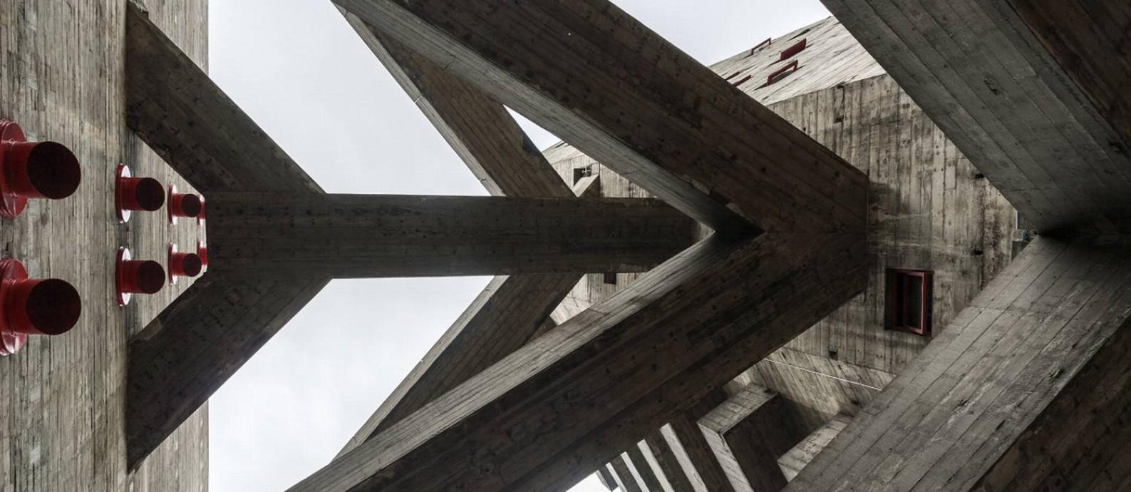 Visão inferior do Sesc Pompeia, projeto de 1977 de Lina Bo Bardi Foto: Divulgação/Acervo Casa da Arquitectura