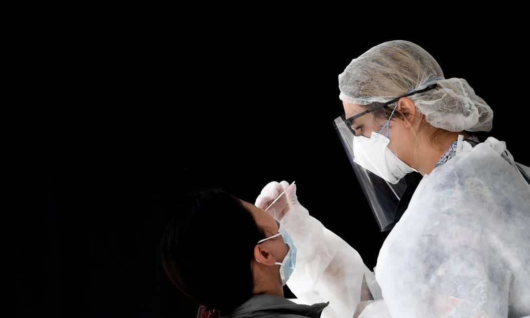 Profissional de saúde faz teste PCR Foto: ALAIN JOCARD/AFP / ALAIN JOCARD/AFP