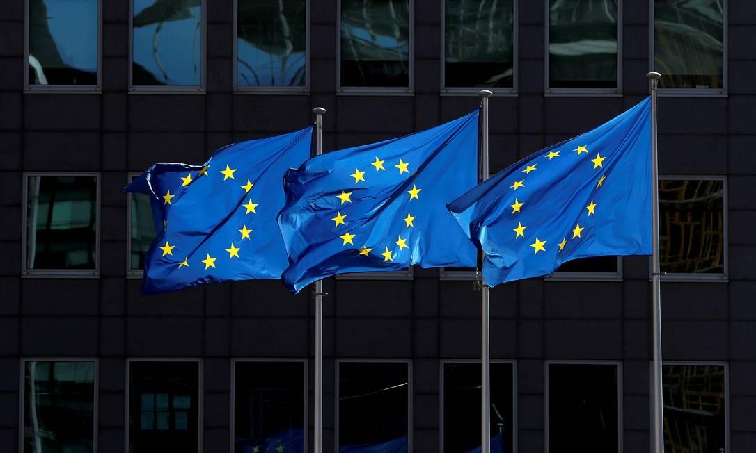 Bandeiras da União Europeia tremulam em frente à sede da Comissão Europeia em Bruxelas, na Bélgica Foto: YVES HERMAN / REUTERS/21-08-2020