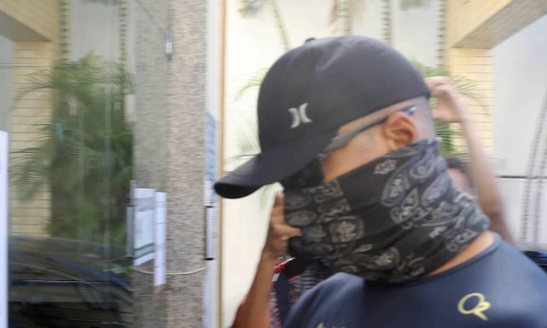 PM Diego Silva chega à delegacia, no dia em que prestou depoimento por agressões a jovem Foto: Antonio Scorza / Agência O GLOBO