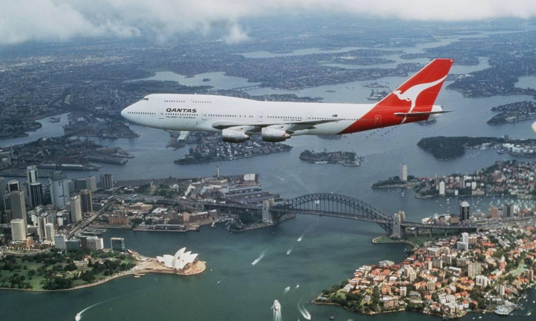 Um avião modelo B747, da Qantas, sobrevoa Sydney, na Austrália. A companhia aérea anunciou que, quando a vacina contra Covid-19 estiver disponível, só passageiros imunizados poderão embarcar em seus voos internacionais Foto: Qantas Airways / VIA REUTERS