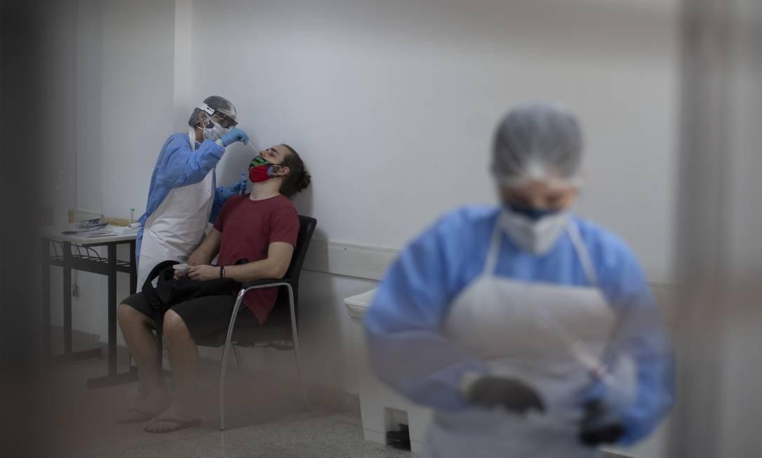 Profissional de saúde realiza teste RT-PCR em homem no Rio de Janeiro Foto: Márcia Foletto / Agência O Globo