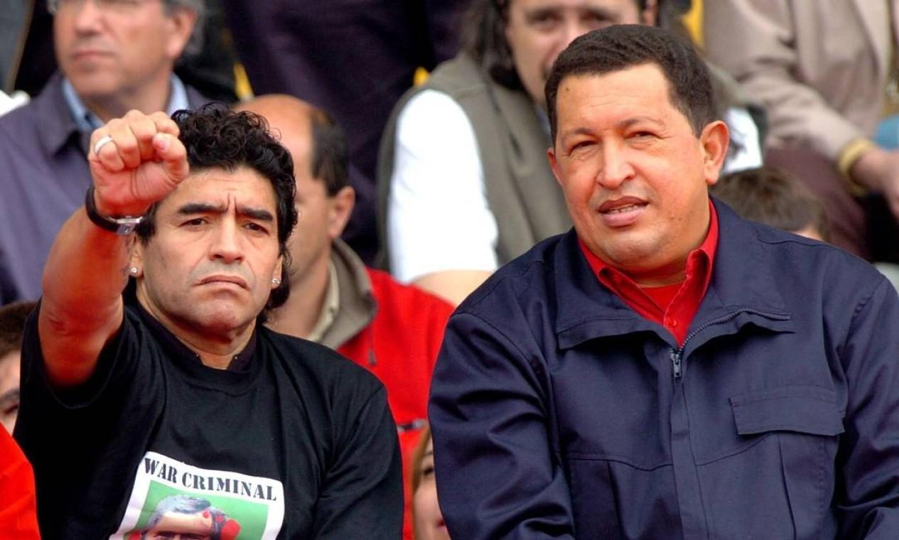 Maradona, acompanhado do presidente venezuelano Hugo Chávez, participou de ato contra a Área de Livre Comércio das Américas (ALCA) e a presença do presidente dos Estados Unidos, George W. Bush, na IV Cúpula do Américas, em 2005 Foto: Ivan Franco / Arquivo - 04/11/05