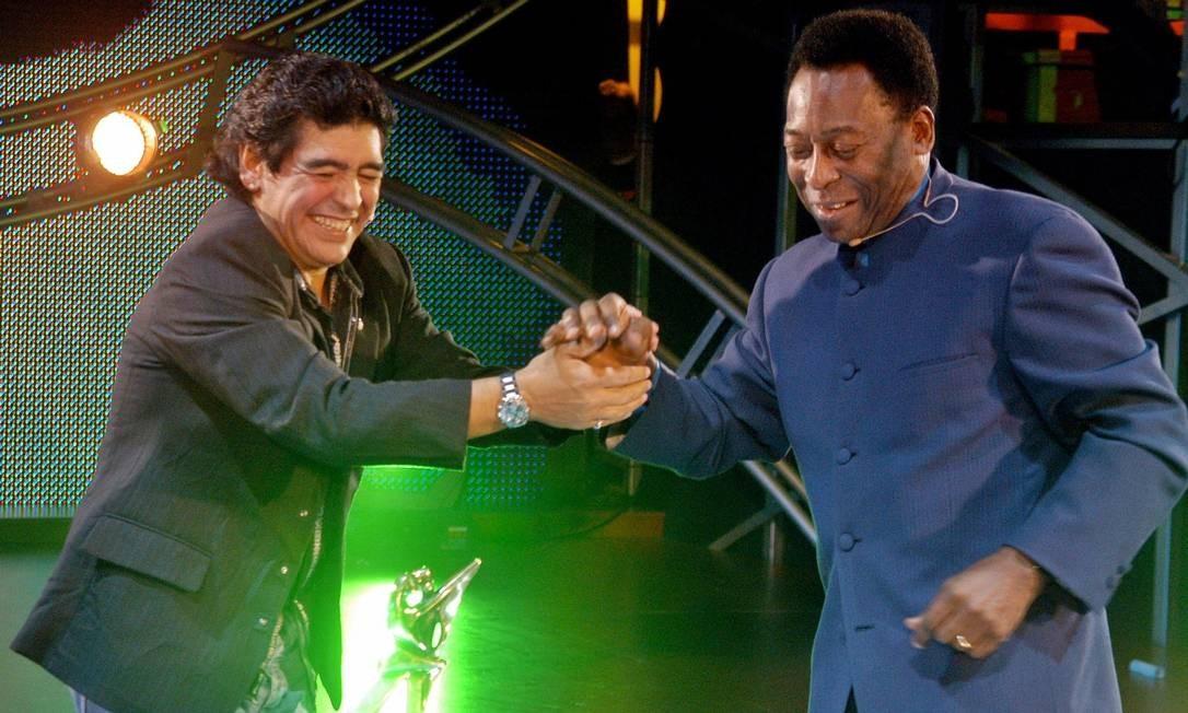 """O argentino Diego Maradona recebeu outra lenda do futebol, o brasileiro Pelé, no programa semanal """"La Noche del Diez"""" (A Noite do Número 10), transmitido pelo Canal 13, em Buenos Aires Foto: Reuters - 15/08/2005"""