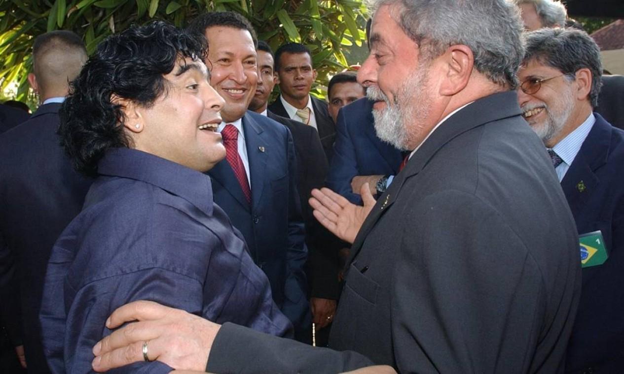 Diego Armando Maradona cumprimenta ex-presidente Lula durante encontro de presidentes no complexo Camatagua, em Puerto Ordaz, Venezuela Foto: Marcelo Garcia / Arquivo - 29/03/2009