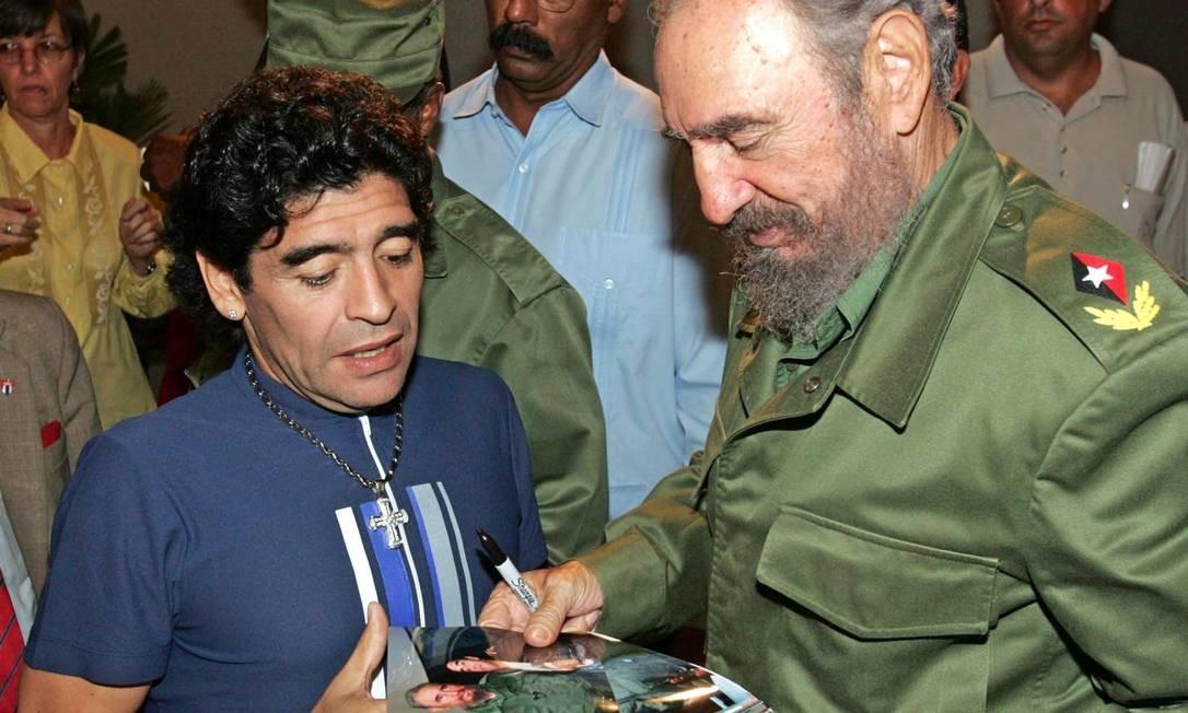 Diego Armando Maradona e o então presidete cubano Fidel Castro, em Havana, em 2005 Foto: Ismael Francisco Gonzalez