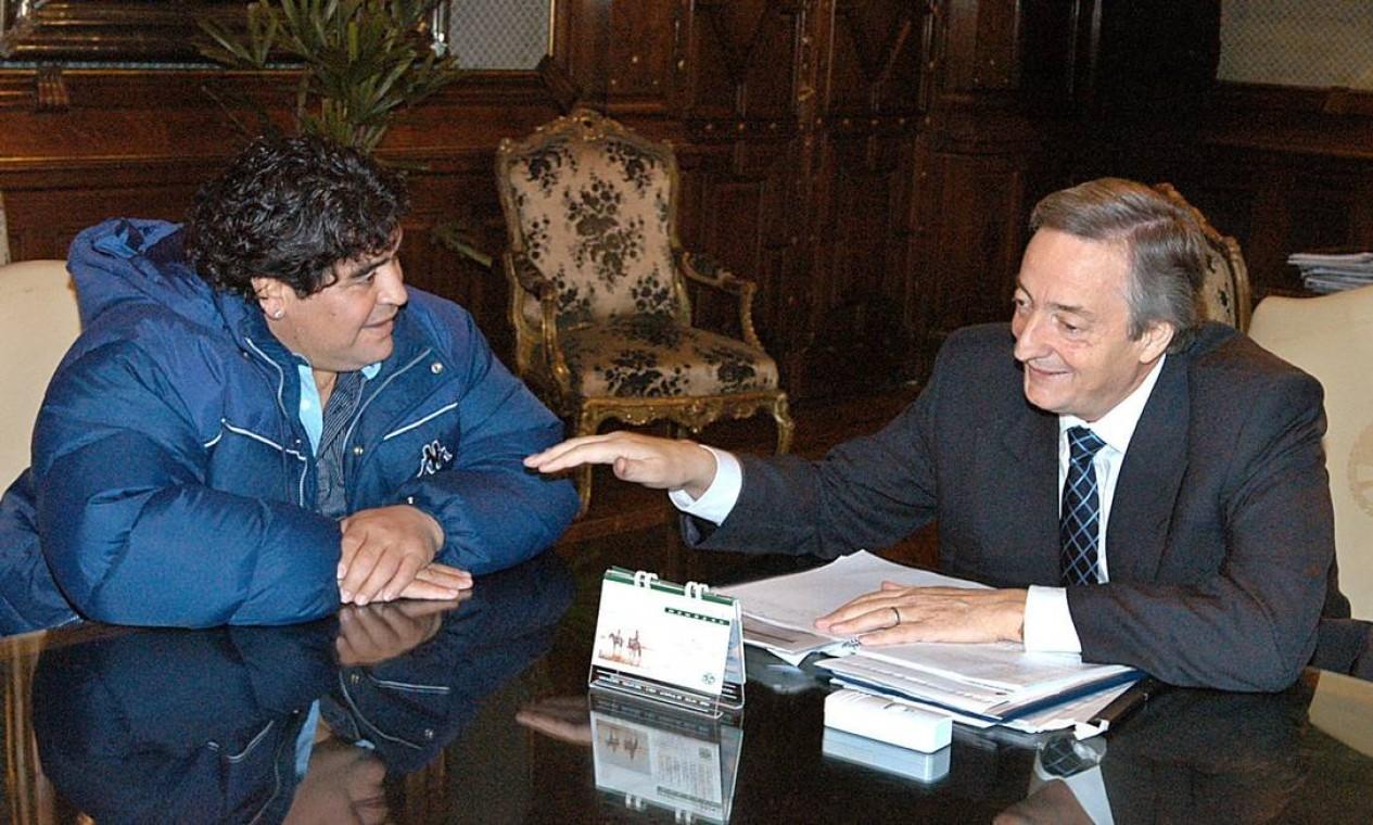Diego Armando Maradona conversa com o presidente argentino Nestor Kirchner, no Palácio do Governo de Buenos Aires Foto: Arquivo - 12/08/2004