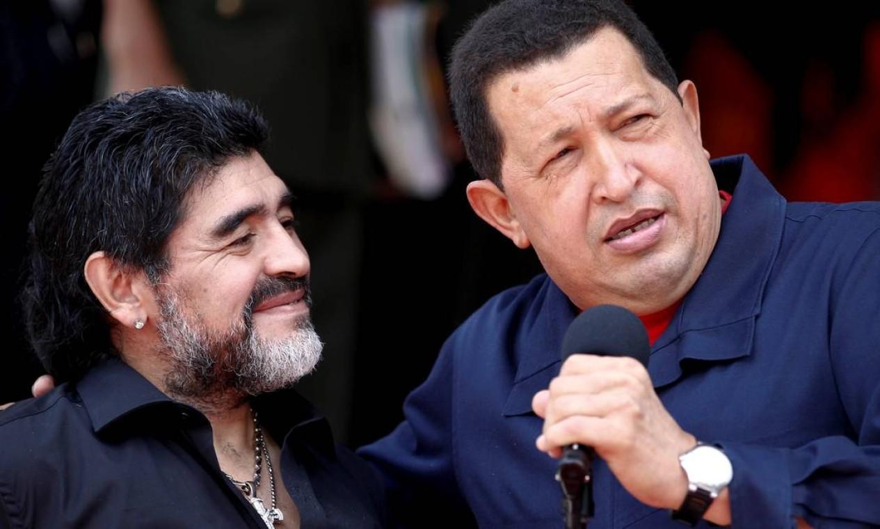 Presidente da Venezuela, Hugo Chávez, dá as boas-vindas ao técnico de futebol da Argentina, Diego Maradona, no Palácio Miraflores, em Caracas Foto: Jorge Silva / Reuters - 22/07/2010