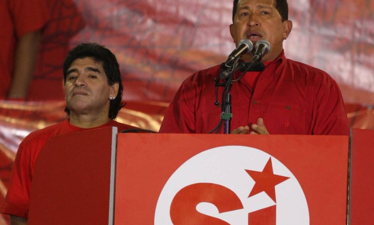 Diego Maradona ao lado do presidente venezuelano Hugo Chávez, durante cerimônia em Caracas Foto: PEDRO REY / AFP - 28/01/2009