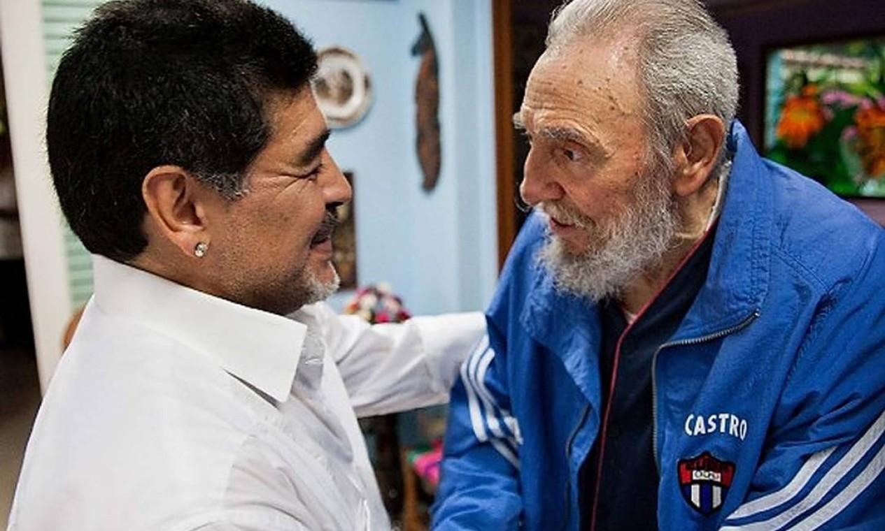 Maradona durante encontro com o líder revolucionáro iFidel Castro, em Havana, Cuba Foto: - / AFP - 14/04/2013
