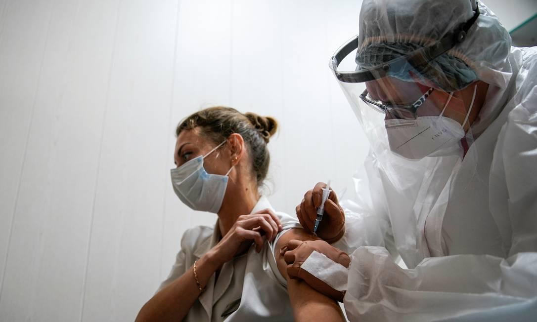 Médica recebe vacina da Rússia contra a Covid-19 Foto: Tatyana Makeyeva / Reuters