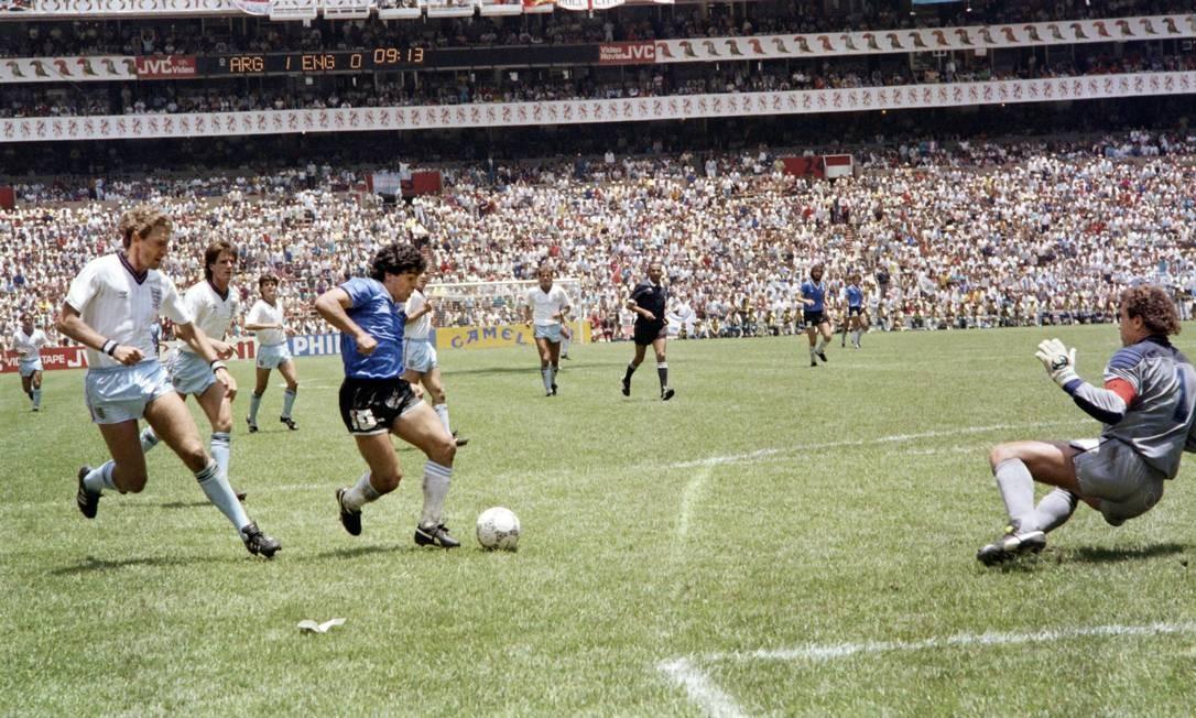 Maradona dribla o goleiro Shilton para marcar o gol mais bonito da história das Copas, na vitória da Argentina sobre a Inglaterra em 1986 Foto: STAFF / AFP
