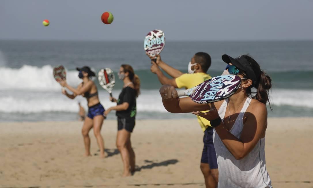 Aula de beach tênis da escolinha Metta, em Ipanema, durante pandemia do coronavírus Foto: Gabriel de Paiva / Agência O Globo